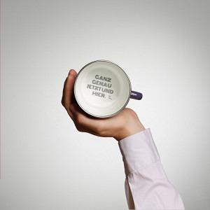 "Kaffeetasse Vitelotte Violette, Tassenboden Innschrift: ""Ganz genau jetzt & hier"""